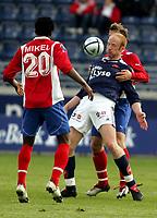 Fotball, Tippeligaen, Viking Stadion, 05/05-05,<br />Viking - Lyn,<br />Peter Kovacs - John Obi Mikel,<br />Foto: Sigbjørn Andreas Hofsmo, Digitalsport