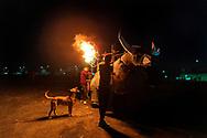 Perro contemplando una rueda con fuegos artificiales de un torito.  / Dog staring at a whell with fireworks.