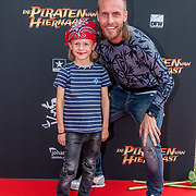 NL/Utrecht/20200701 - Premiere DE PIRATEN VAN HIERNAAST, Nathan Rutjes en zoontje