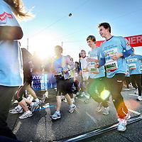 Nederland, Amsterdam , 16 oktober 2011..Deelnemers aan de Amsterdam Marathon tijdens de start.Zo'n 450 deelnemers van Stichting Semmy (Stichting dat onderzoek doet naar Hersenstam Kinderkanker) tijdens de start..Foto:Jean-Pierre Jans