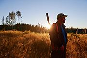 En jägare gör sig redo för jakt i skogarna runt Myckle, Skellefteå en tidig höstmorgon.
