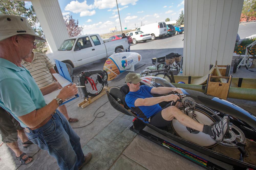 Een official keurt de fiets van een deelnemer aan de WHPSC. In de buurt van Battle Mountain, Nevada, strijden van 10 tot en met 15 september 2012 verschillende teams om het wereldrecord fietsen tijdens de World Human Powered Speed Challenge. Het huidige record is 133 km/h.<br /> <br /> An official is checking the bike. Near Battle Mountain, Nevada, several teams are trying to set a new world record cycling at the World Human Powered Vehicle Speed Challenge from Sept. 10th till Sept. 15th. The current record is 133 km/h.
