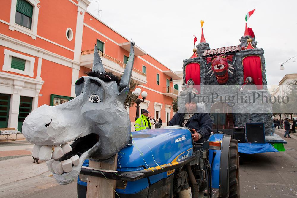 Carro allegorico ispirato al mondo delle fiabe. Anche il trattore ne fa parte ed è travestito da asino. Gallipoli 2011...Float inspired by the world of fairy tales. The tractor is part of it and it is disguised as a donkey. Gallipoli 2011.