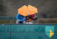 BLOEMENDAAL  - regen , schuilen onder een paraplu,  tijdens de hoofdklasse hockeywedstrijd Bloemendaal-Hdm (1-1) .    COPYRIGHT KOEN SUYK