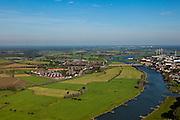 Nederland, Gelderland, Gemeente Zutphen, 03-10-2010; IJssel bij Zutphen (rechts), links buurtschap De Hoven met nieuwbouw. Het gebied maakt deel uit van de IJsselsprong waarin een nevengeul in de uiterwaarden gecombineerd wordt met nieuwe natuur en stedenbouwkundige ontwikkelingen..IJssel near Zutphen (right), the hamlet De Hoven with new residential neighborhood. The whole area is part of the IJssel'leap', aplan that combines a new water channel in the floodplain with new nature and urban development..luchtfoto (toeslag), aerial photo (additional fee required).foto/photo Siebe Swart