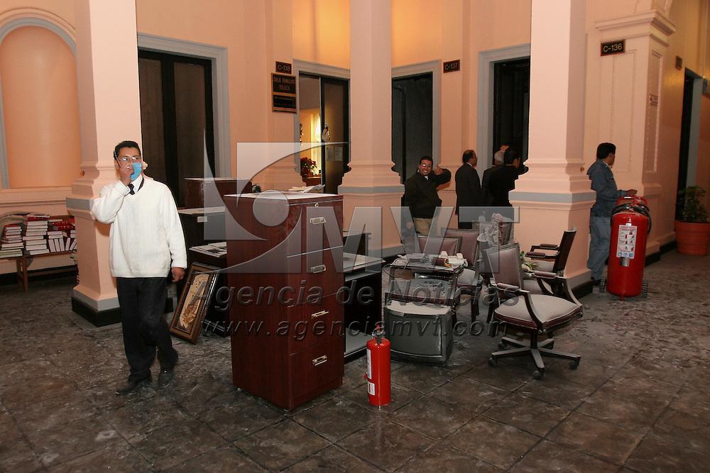 Toluca, Mex.- Bomberos hacen una inspeccion en las oficinas del primer piso del Palacio del Tribunal Superior de Justicia donde esta tarde empleados sofocaron un incendio en una de las oficinas resultando quemados los muebles y equipo de computo; aparentemente el siniestro fue a causa de un corto circuito. Agencia MVT / Mario Vazquez de la Torre. (DIGITAL)<br /> <br /> NO ARCHIVAR - NO ARCHIVE