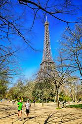 Jovens correndo próximo a Torre Eiffel é uma torre treliça de ferro do século XIX localizada no Champ de Mars, em Paris, foi construída como o arco de entrada da Exposição Universal de 1889. FOTO: Jefferson Bernardes/ Agência Preview