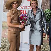 NLD/Amsterdam/20140523 - Koningin Maxima aanwezig bij Cordaid lunch voor stille helpers , Koningin Maxima wordt begroet door Cordaid directrice Simone Filippini