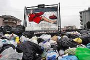 Italie, Aversa, 6-3-2008<br /> Afvalbergen in de straten van Napels en omgeving. De stad weet met zijn afval geen raad meer en in het hele gebied liggen illegale hopen afval. Een nieuwe vuilverbrandingsoven is pas in 2009 bedrijfsklaar. Tot die tijd heeft de maffia, camorra grote invloed op de afvalverwerking van deze stad.<br /> Industrieel afval en huishoudelijk afval veroorzaken grote water en bodemvervuiling, terwijl de streek een belangrijk tuinbouwgebied is.<br /> Foto: Flip Franssen/Hollandse Hoogte