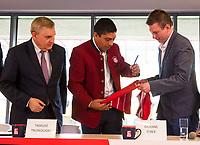 2018.03.23 Bialystok Konferencja prasowa z okazji organizacji turnieju FC Bayern Youth Cup , ktory po raz pierwszy odbedzie sie w Polsce , a final w kwietniu w Bialymstoku na stadionie miejskim N/z (L-P) Tadeusz Truskolaski prezydent Bialegostoku oraz Giovane Elber byly pilkarz Bayern Monachium fot Michal Kosc / AGENCJA WSCHOD