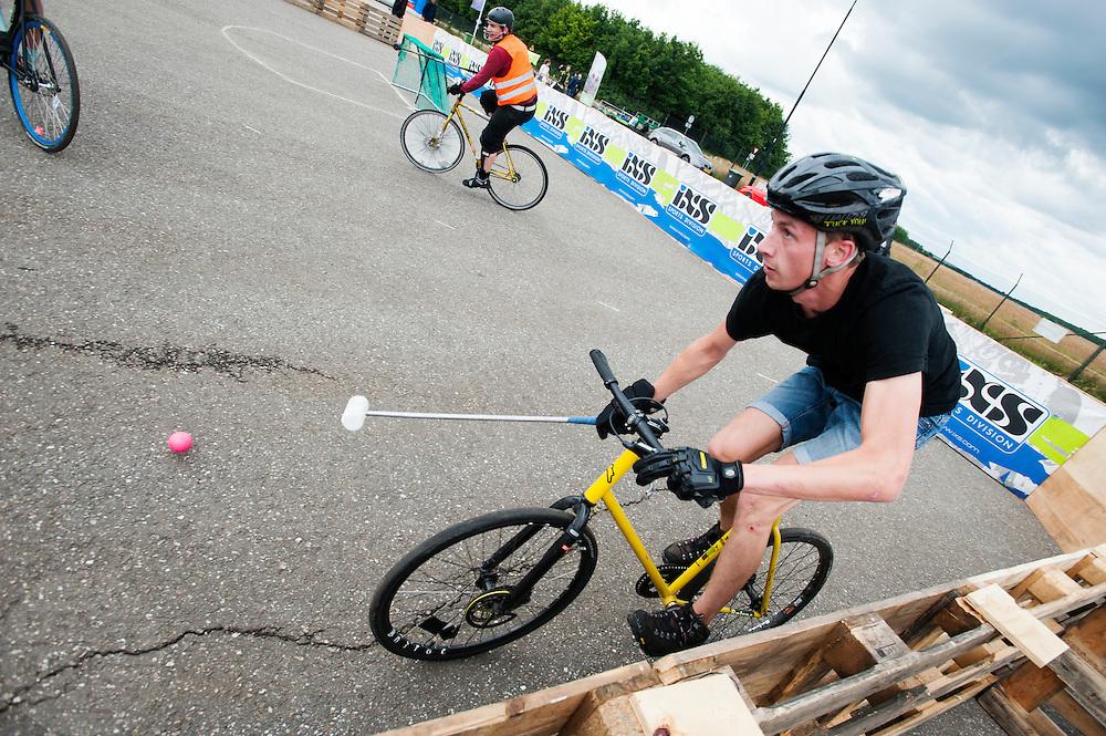 Een groep jongeren speelt fiets polo. In Ysselsteyn vindt op het circuit van Raceway het fietsevenement Cycle Vision plaats. Oorspronkelijk is Cycle Vision bedoeld voor ligfietsen, het is nu uitgegroeid tot een breed fietsevenement met naast ligfietsen ook BMX, mountainbiken, fatbikes, elektrische fietsen en steps.<br /> <br /> A group plays bike polo. In Ysselsteyn cycling event CycleVision takes place. Originally CycleVision intended for recumbents, it has now become a wide cycling event with next recumbents also BMX, mountain biking, fatbikes, electric bicycles and e-bikes.
