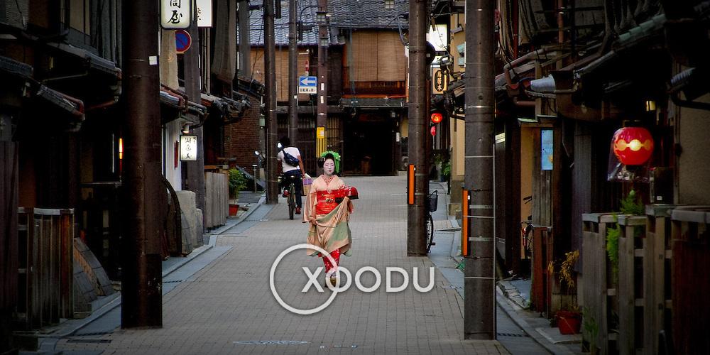 Geisha approach, Kyoto, Japan (June 2004)