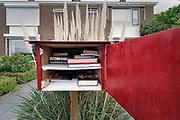Nederland,Nijmegen, 13-4-2020  Bij een huis staat een kastje met daarin boeken die je gratis mag lenen, meenemen, om te lezen . Foto: Flip Franssen