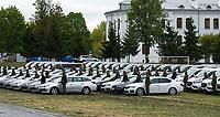 Bialystok, 13.05.2019. Uroczystosc przekazania z udzialem wiceministra MSWiA Jaroslawa Zielinskiego 113 pojazdow zakupionych m.in. z PROGRAMU MODERNIZACJI POLICJI, SG, PSP I SOP W LATACH 2017-2020. Zostaly one przekazane funkcjonariuszom reprezentujacym wszystkie oddzialy Strazy Granicznej  i dwa osrodki szkolenia Strazy Granicznej N/z funkcjonariusze przy samochodach czekaja na ministra Jaroslawa Zielinskiego fot Michal Kosc / AGENCJA WSCHOD