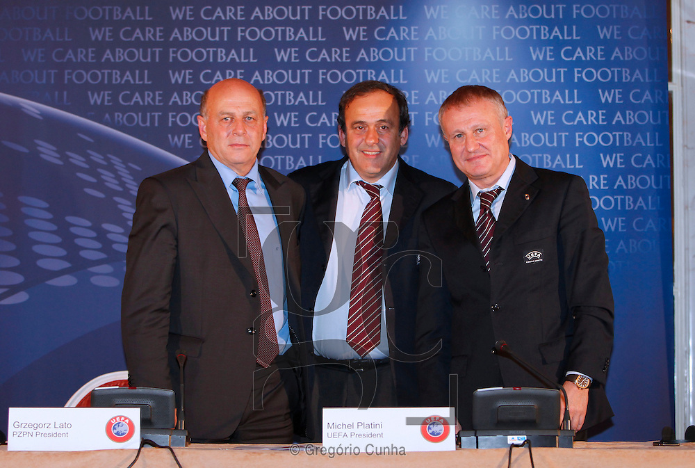 Portugal, FUNCHAL : UEFA President Michel Platini (C) of France poses with Grzegorz Lato (L), President pf the Polish Football Association and Grigory Surkis (R), President of the Ukrainian Football Association at the end of a press conference in Funchal, Madeira Island, on December 11, 2009, after the UEFA Executive Committee meeting. UEFA today ratified the four Ukrainian cities, Kiev, Donetsk, Karkov and Lviv, in the running to host the 2012 European championships with the final to take place in Kiev the capital on July 1, 2012. PHOTO/ GREGORIO CUNHA.Reuniao do Comite Executivo da UEFA.