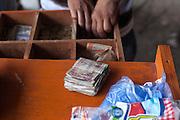 Un vendedor de pollo frito entrega cambio en quetzales en El Naranjo, Guatemala. El costo de una pieza frita de pollo cuesta 5 quetzales. (Foto: Prometeo Lucero)