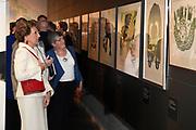 Prinses Margriet en Pieter van Vollenhoven in het Museum Volkenkunde bij de opening van de tentoonstelling Canadese Inuit Kunst. Aanleiding voor de tentoonstelling is het 150-jarig bestaan van Canada. <br /> <br /> Princess Margriet and Pieter van Vollenhoven at the Museum of Ethnology at the opening of the exhibition Canadian Inuit Art. The reason for the exhibition is the 150th anniversary of Canada.<br /> <br /> Op de foto / On the photo: <br /> <br />  Prinses Margriet