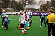 LAREN -  Hockey Hoofdklasse Dames: Laren v Pinoké, seizoen 2020-2021. Foto: Lisanne de Lange (Pinoké) is het niet eens met de scheidsrechter