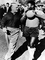 Fotball<br /> VM 1962<br /> Foto: imago/Digitalsport<br /> NORWAY ONLY<br /> <br /> 00.00.1962  <br /> <br /> Die beiden Großen des brasilianischen Teams, Trainer Moreira (li) und sein Spieler Pele auf dem Weg zum Training