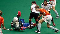 WK Hockey (mannen). Nederland-Spanje. De ver opgekomen Erik Jazet stuit op de Spaanse doelman Bernardino Herrera.<br />De Spanjaarden Sala en Ribas (r) kijken toe.