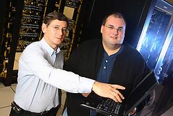 Diretor de TI - Tecnologia da Informação, Nírio Simeão Netska (E) e o Gerente de TI, Marcio Lermen visualizando as operações no DataCenter do Banco SICREDI, em Porto Alegre.<br /> Foto: Jefferson Bernardes/Preview.com