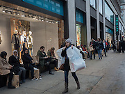 Shoppers outide Primark, Oxford St.  London. 28 January 2016