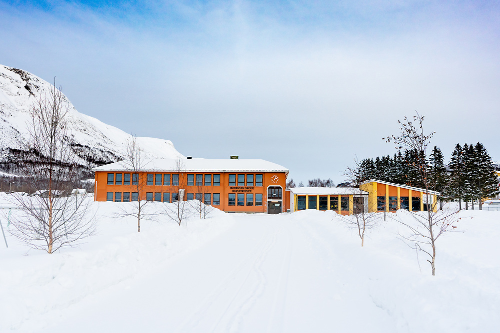 Bjerkvik skole barnetrinnet fasade. Egnede områder for tekst både over og under bygningen.