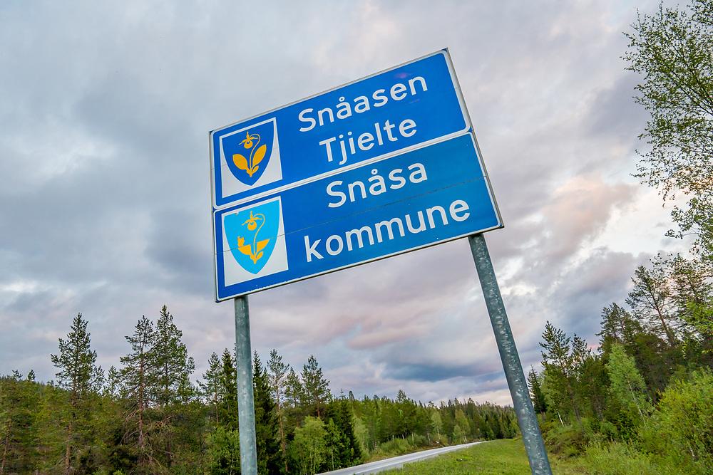Skilting langs E6 som varsler om grenseovergang til Snåsa kommune. Snåsa (sørsamisk: Snåase) er en kommune i Nord-Trøndelag.