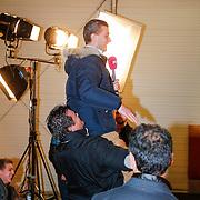 NLD/Utrecht/20121218 - Perspresentatie Sterren Dansen op het IJs 2013, sterkste man van nederland Jarno Hams tilt verslaggever POWnews op