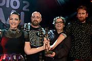 Caro Emerald krijgt de Radio 2 Mijlpaal tijdens een intiem optreden in TivoliVredenburg.<br /> <br /> Op de foto:  Het 'bedrijf' Caro Emerald Radio 2 Mijlpaal - v.l.n.r. Caro Emerald , Producer Jan van Wieringen , schrijver Vince Degiorgio en producer David Schreurs