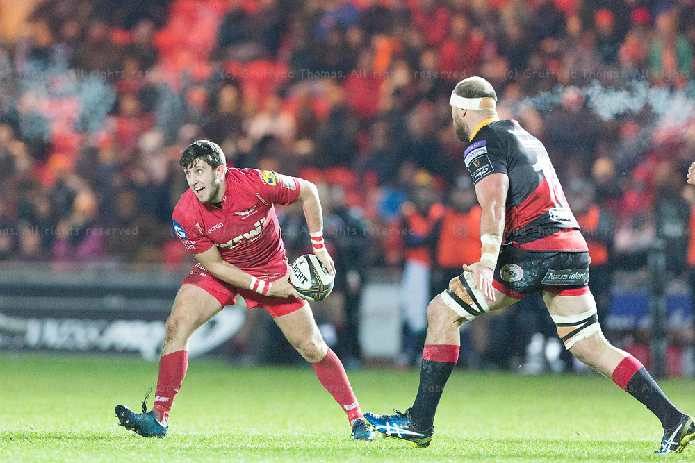 Parc y Scarlets, Llanelli, Wales, UK. Friday 5 January 2018.  Scarlets fly half Dan Jones in action in the Guinness Pro14 match between Scarlets and Newport Gwent Dragons.