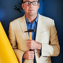 Tom Hodgkinson, writer / author, holding a hammer. Paris, France. October 5, 2018.<br /> Tom Hodgkinson, auteur et ecrivain, tenant un marteau. Paris, France. 5 octobre 2018.