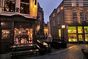 Nederland, Nijmegen, 21-12-2019  Rond de stevenskerk, het Stevenskerkhof, bevinden zich nog wat middeleeuwse historische gebouwen die bespaard zijn gebleven in de oorlog. Hier is o.a. het oudste cafe van de stad, In de Blaauwe, blauwe,  hand, de kanunnikenhuisjes en de Waag, het waaggebouw . Nijmegen claimt de oudste stad van Nederland te zijn . Rechts de befaamde platenzaak de Waaghals . Foto: Flip Franssen
