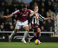 Photo: Lee Earle.<br /> West Ham United v Sheffield United. The Barclays Premiership. 25/11/2006. West Ham's Hayden Mullins (L) battles with Nicholas Law.