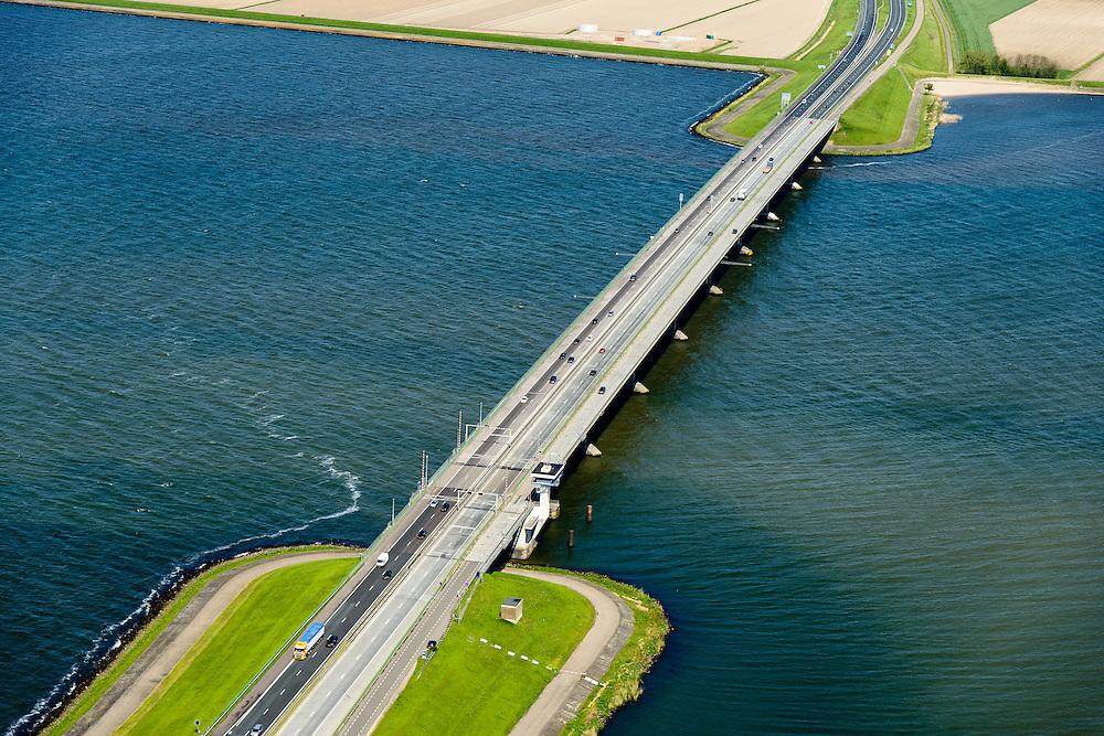 Nederland, Flevoland, Gemeente Dronten, 07-05-2015; Ketelbrug met rijksweg A6, gezien vanuit oostelijk Flevoland, Kamperhoek naar Noordoostpolder, Zwolsehoek. Links IJsselmeer, rechts Ketelmeer. Het beweegbare deel is een basculebrug.<br /> One of the largest bridges in Holland, connecting two of the newest polders.<br /> luchtfoto (toeslag op standard tarieven);<br /> aerial photo (additional fee required);<br /> copyright foto/photo Siebe Swart