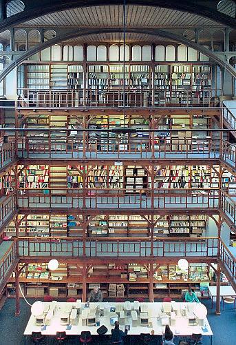 Nederland, Nijmegen, 1-10-2001De bibliotheek van het Canisius College aan de Berg en Dalseweg. Het was een middelbare school, HBS, Gymnasium en later VWO, Atheneum, en tevens klooster voor de paters die er onderwijs gaven. Het was van de Jezuietenorde. Tot in de zestiger jaren zaten er ook leerlingen intern. Gebouwd eind 19e eeuw door een leerling van architect Piere Kuypers.In de jaren tachtig en negentig werd het door adviesbureau Haskoning en het ROC gebruikt. Ook werden er veel inburgeringscursussen gegeven.Een pater, leraar van het Canisius College in Nijmegen heeft zich in de jaren zeventig en tachtig vergrepen heeft aan zeker vijftien jongens. Hij misbruikte hen op school.Foto: Flip Franssen