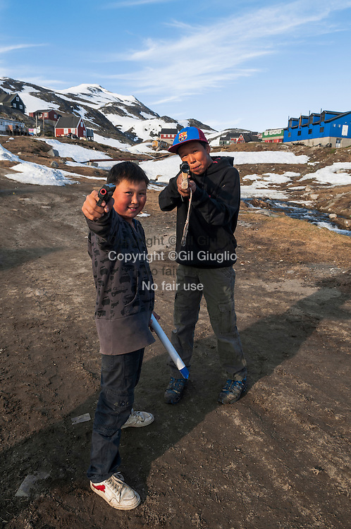 Groenland, Sermersooq, enfants du village de Kuummiut// Greenland, Sermersooq, child of Kuummiut village