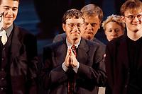 """04.02.1999, Deutschland/Bonn-Beuel:<br /> Bill Gates, Microsoft, und einige Preisträger während der  Preisverleihung des """"The Road Ahead Prize"""", Integrierte Gesamtschule Bonn-Beuel<br /> IMAGE: 19990204-03/01-09"""