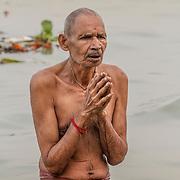 2014 10 29  Kolkata Calcutta <br /> West Bengal India Indien<br /> Holy man <br /> Sadhu som badar och gör morgon Puja<br /> <br /> <br /> <br /> <br /> ----<br /> FOTO : JOACHIM NYWALL KOD 0708840825_1<br /> COPYRIGHT JOACHIM NYWALL<br /> <br /> ***BETALBILD***<br /> Redovisas till <br /> NYWALL MEDIA AB<br /> Strandgatan 30<br /> 461 31 Trollhättan<br /> Prislista enl BLF , om inget annat avtalas.