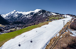 THEMENBILD - die Piste (Schneeband) des Maiskogel mit der Bergbahn und dem Kitzsteinhorn Gletscher bei Sonnenschein, aufgenommen am 28. Maerz 2019 in Kaprun, Oesterreich // the slope (snow band) of the Maiskogelbahn with the cable car and the Kitzsteinhorn glacier in sunshine in Kaprun, Austria on 2019/03/28. EXPA Pictures © 2019, PhotoCredit: EXPA/ JFK