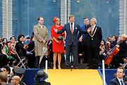 Zijne Majesteit Koning Willem-Alexander en Hare Majesteit Koningin Máxima bezoeken de provincie Zuid Holland .<br /> <br /> His Majesty King Willem-Alexander and Máxima Her Majesty Queen visits the province of Zuid Holland<br /> <br /> Op de foto / On the photo:  Koning en Koningin op Spui, waar de Koning iedereen bedankte iedereen die de afgelopen weken naar de tournee is gekomen.<br /> <br /> King and Queen on Spui, where the King thanked all those who in recent weeks has come to the tour.