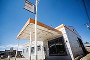 De Dahlstrom Garage uit 1930. Goldfield, Nevada, is een bijna verlaten ghost town in Esmeralda County, gelegen aan de State Route 95. Tussen 1906 en 1910 was Goldfield de grootste plaats in de Amerikaanse staat Nevada met meer dan 20.000 inwoners. Momenteel leven er tussen de 200 en 300 mensen. Het plaatsje is groot geworden door de vondst van goud in 1902. Vanaf 1910 daalde het aantal inwoners snel en in 1923 is een groot deel verwoest door een brand. De overgebleven huizen zijn grotendeels verlaten, maar worden nog altijd onderhouden door de inwoners. Daarmee wordt de geschiedenis van de het plaatsje bewaard.<br /> <br /> The Dahlstrom's Garage of 1930. Goldfield, Nevada, is an almost deserted ghost town in Esmeralda County. Between 1906 and 1910, Goldfield was the largest town in the state of Nevada with more than 20,000 inhabitants. Currently, there are between 200 and 300 people. The town has grown with the discovery of gold in 1902. From 1910, the population declined rapidly, and in 1923 the town was largely destroyed by a fire. The remaining houses are largely abandoned, but are still maintained by the residents. This way the history of the town is preserved.