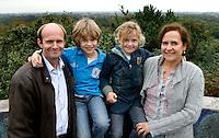 BLOEMENDAAL - Cees Jan Diepeveen met Liz van Baak en Derk en Dominique.  COPYRIGHT KOEN SUYK