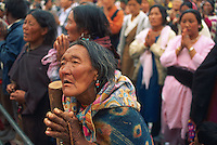 Inde, Province du Jammu Cachemire, Ladakh, femme en prière lors d'un Kalashakra, initiation bouddiste. // India, Jammu Kashmir province, Ladakh, buddhist woman praying during Kalashakra ceremonie, a budhism initiation.