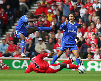 Fotball<br /> Premier League England 2004/2005<br /> Foto: SBI/Digitalsport<br /> NORWAY ONLY<br /> <br /> 25.09.2004<br /> <br /> Middlesbrough v Chelsea<br /> <br /> Chelsea's Claude Makelele (L) jumps high to get out of the way of a challenge from Middlesbrough's Jimmy Floyd Hasselbaink playing with the shirt of Ugu Ehiogu (C).