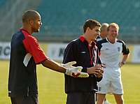 Fotball<br /> England trener foran kampen mot Polen<br /> 07.09.2004<br /> Foto: SBI/Digitalsport<br /> NORWAY ONLY<br /> <br /> England goalkeeper David James (L) finds the need to appeal his innocence against as Steven Gerrard (C) and coach Steve McClaren laugh at another one of his blunders in training
