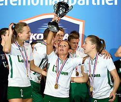 11-04-2015 NED: PKC SWKgroep - TOP Quoratio, Rotterdam<br /> Korfbal Leaguefinale in een volgepakt Ahoy wordt gewonnen door PKC met 22-21 /  PKC viert feest met Mady Tims (beker) in het middelpunt. Links Mabel Havelaar en rechts Suzanne Struik