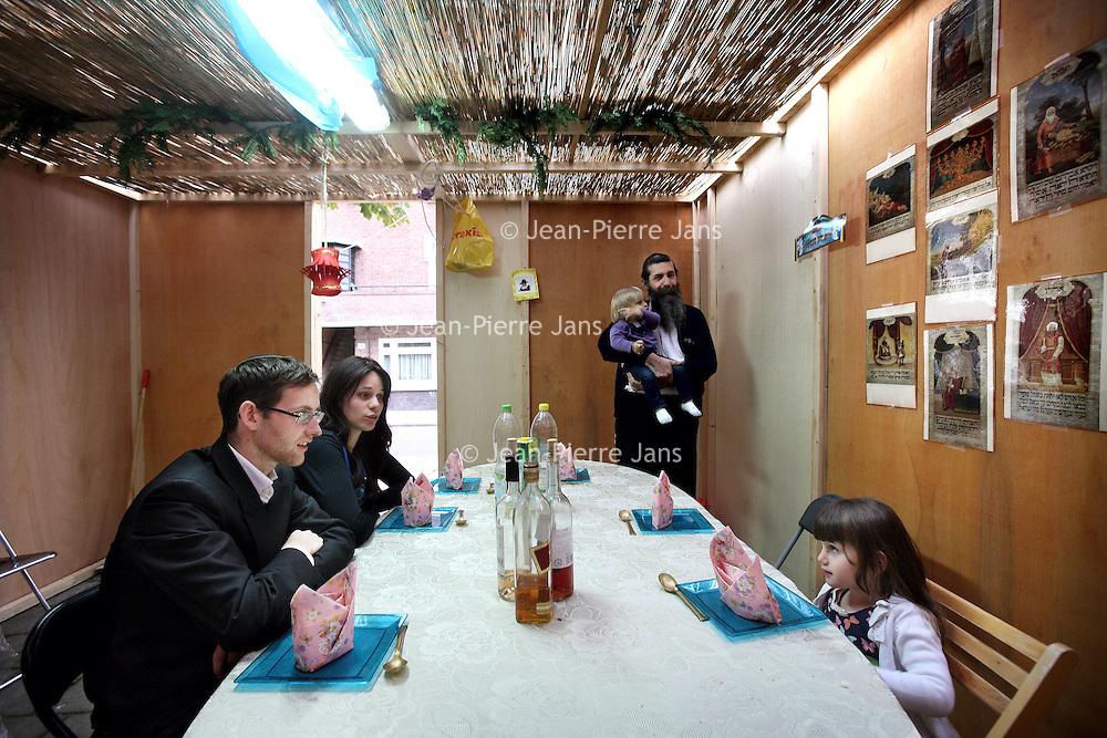 Nederland, Amsterdam , 22 september 2013.<br /> Loofhut van de familie van Halem in de Roosenveltlaan.<br /> <br /> Soekot of Loofhuttenfeest (Hebreeuws: סוכות of סֻכּוֹת) is een joods feest dat zeven dagen duurt en waarbij wordt herdacht dat de Israëlieten (de voorouders van de Joden) veertig jaar lang in de Sinaïwoestijn onder de bescherming van God rondtrokken waarbij ze verbleven in tenten of hutten. Deze rondzwerving lag tussen de uittocht uit Egypte die met Pesach wordt gevierd, en de intocht in het Beloofde Land.<br /> Booth of the family van Halem in Rooseveltlaan in Amsterdam, built for the Jewish Feast of Tabernacles.