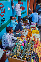 Inde, Rajasthan, Jaipur, vendeur de parfum // India, Rajasthan, Jaipur, perfume shop on the street