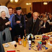 Viering 20 jarig bestaan van de PCOB in de Kruiskerk Huizen..Huizer klederdracht, man, vrouw, tafel, drank, feest